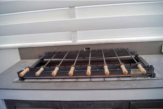 Gratar BBQ rotisor Incorporabil in foisor